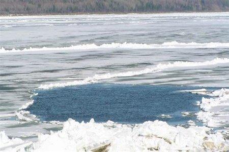 Семейчанин провалился под лед